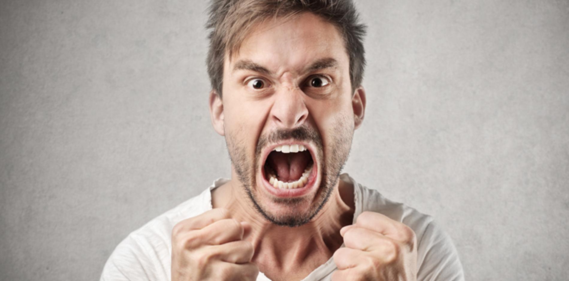 怒って今にも飛びかかってきそうな男性|副腎疲労blog