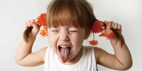 イライラして髪の毛を引っ張る女の子|副腎疲労blog