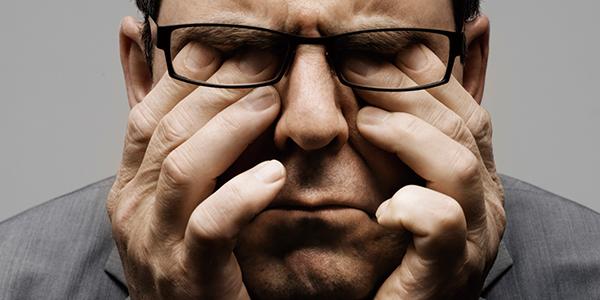 ストレスに頭を抱えるサラリーマン 副腎疲労blog