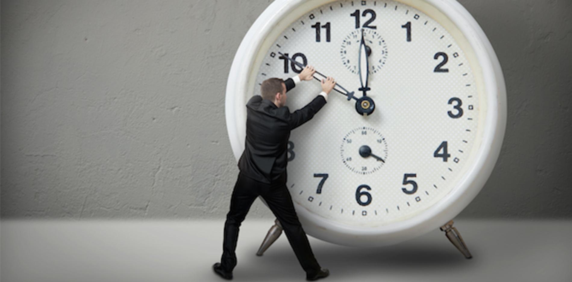 時計の針を動かそうとするサラリーマン 副腎疲労blog