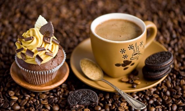 コーヒーと美味しそうなチョコレートマフィン|副腎疲労blog