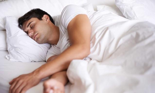 なかなか起きられずベッドでぐっすり眠る男性|副腎疲労blog