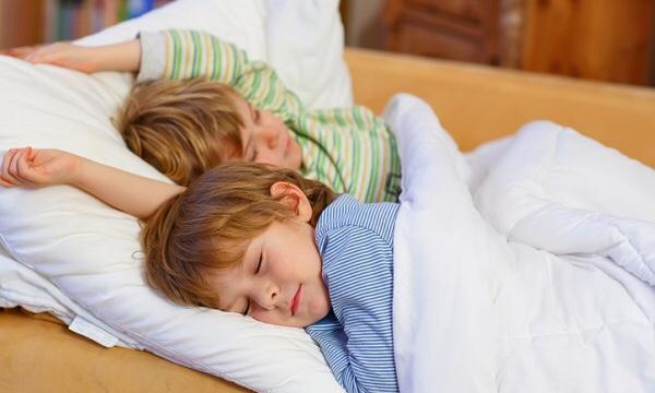 ぐったりと寝ている2人の子ども|副腎疲労blog