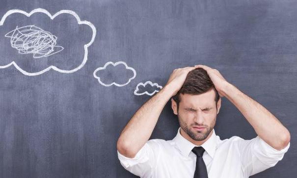 脳がうまく働かず、頭をかかえる男性|副腎疲労blog