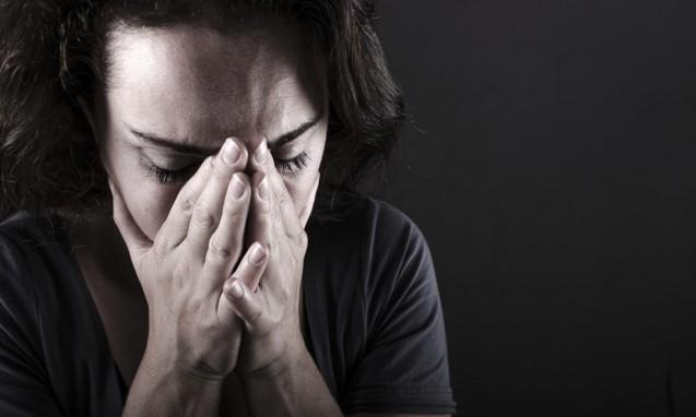顔を抑えてひどく落ち込む女性|副腎疲労blog