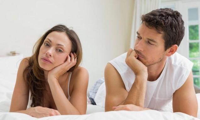 ベッドで不機嫌な様子のカップル|副腎疲労blog
