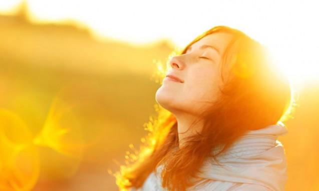 気持ちよく日光浴をしている女性|副腎疲労 blog