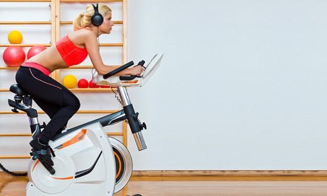 エアロバイクを漕いでいる格好いい女性|副腎疲労blog