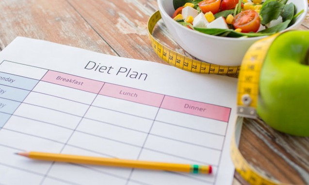 食事療法の計画と書いた紙と野菜サラダの写真|副腎疲労blog