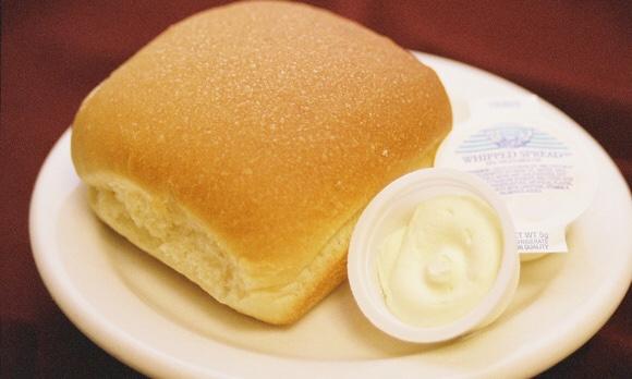 お皿に乗ったパンとマーガリン|副腎疲労blog