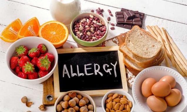 さまざまな食材と中央にアレルギーの文字|副腎blog