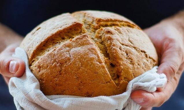 手に茶色いパンを持った写真|副腎疲労blog