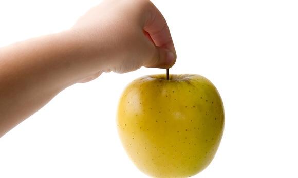 手でリンゴを持っている写真|副腎疲労blog