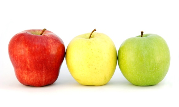 色の違い3つのリンゴが仲良く並んでいる写真|副腎疲労blog
