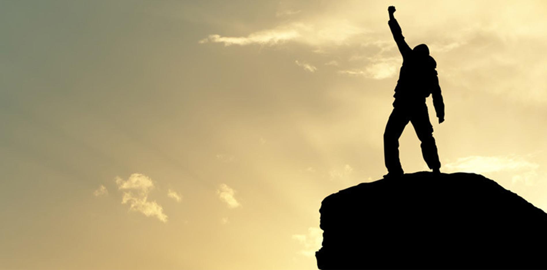 夕陽に向かって拳をあげる人|副腎疲労blog