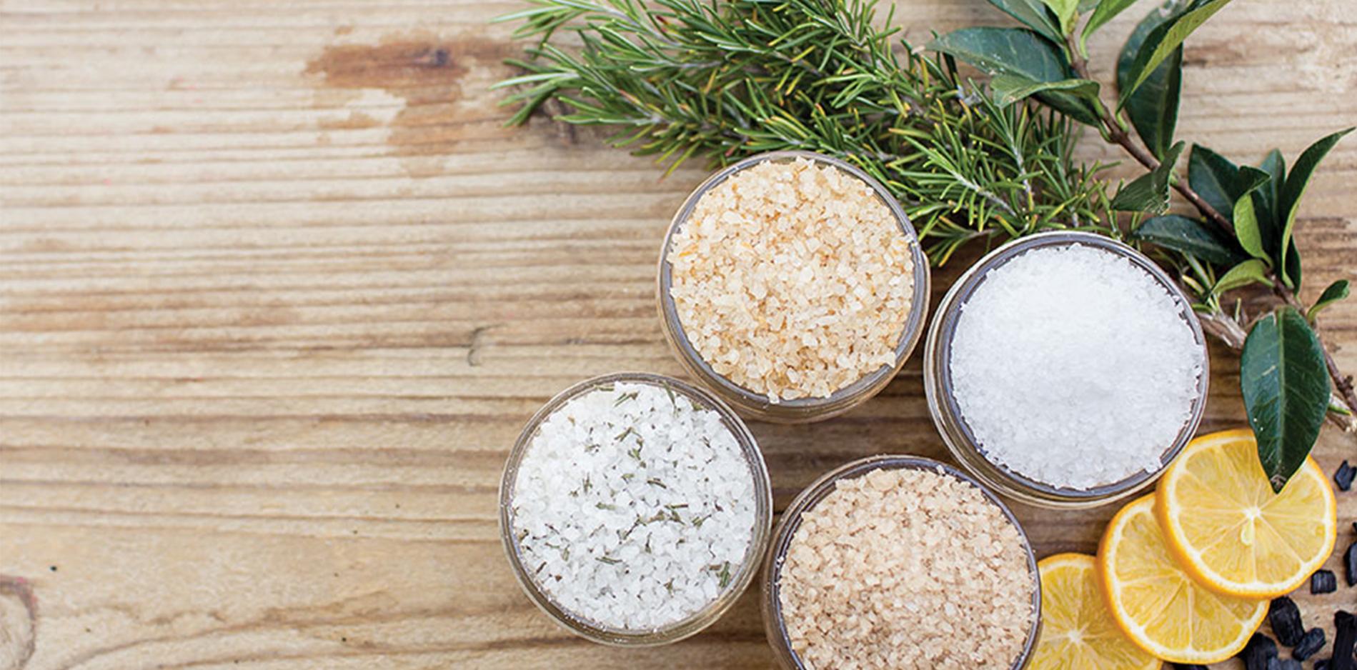 木の机の上に並べられたお皿に入れられた綺麗な海塩|副腎疲労blog