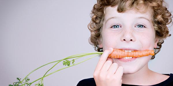 ニンジンを口にくわえている男の子|副腎疲労blog