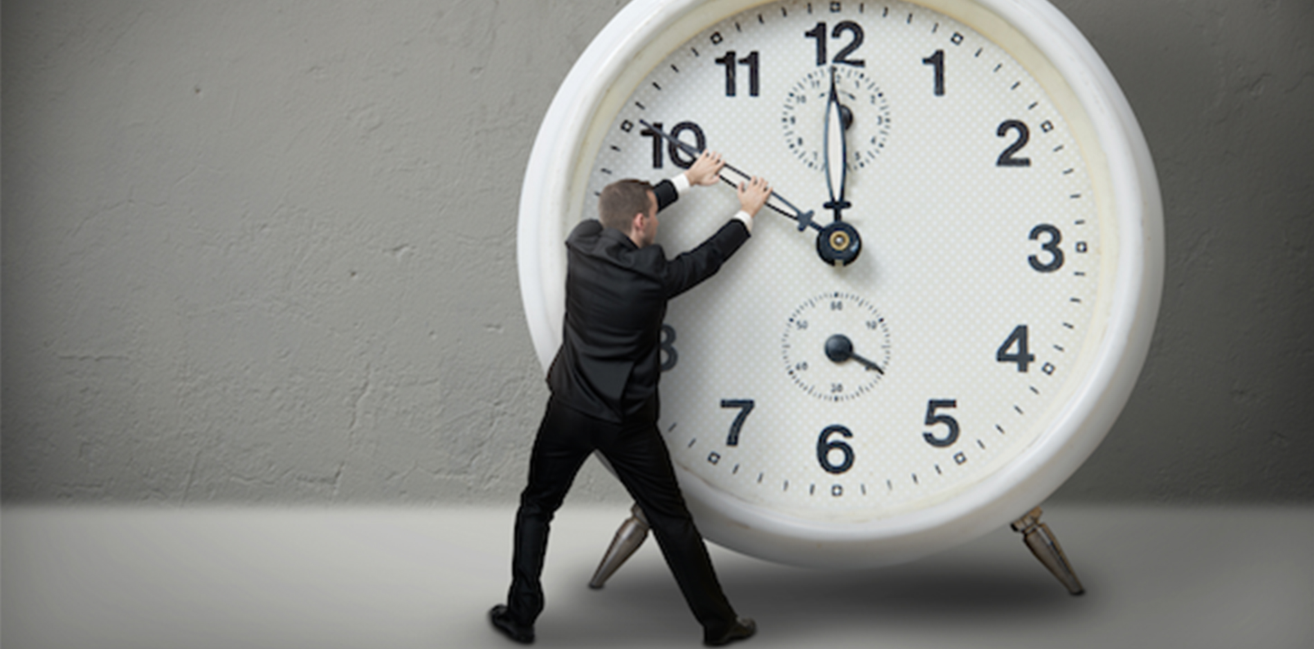 時計の針を動かそうとするサラリーマン|副腎疲労blog