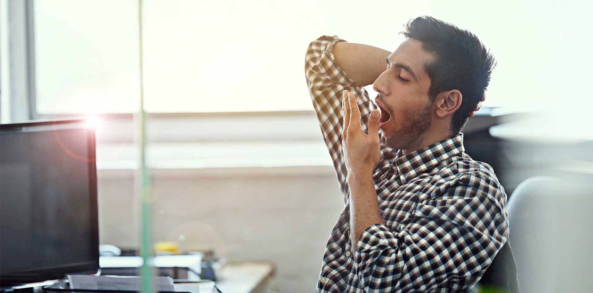 仕事中大あくびをするサラリーマン|副腎疲労blog