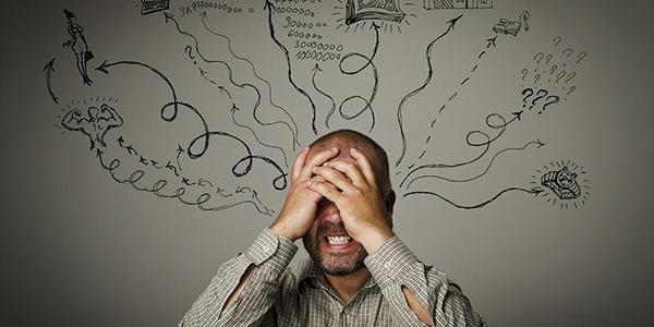 いろいろなストレスで頭を抱える男性|副腎疲労blog