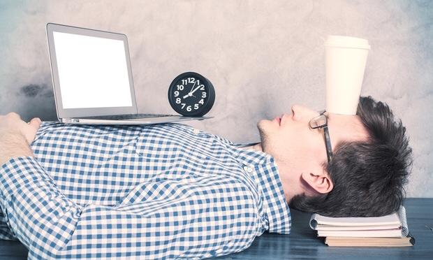 仕事をやりながら疲れて床にそのまま寝てしまった男性|副腎疲労blog