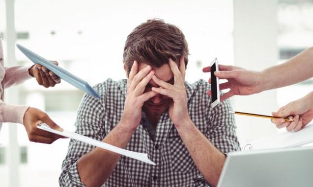 仕事をあちこちから頼まれて頭を抱えている男性|副腎疲労blog