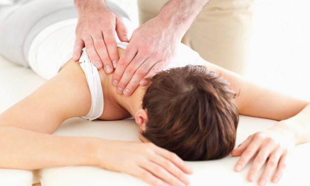 カイロプラクティックの治療を受けている女性|副腎疲労blog