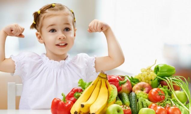 新鮮な野菜や果物を前にガッツポーズをする小さくて可愛い女の子|副腎疲労blog