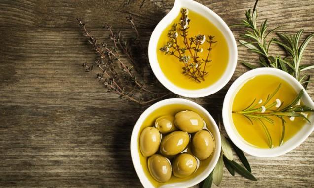 オリーブとオリーブオイルが入った3つのかわいい小皿|副腎疲労blog