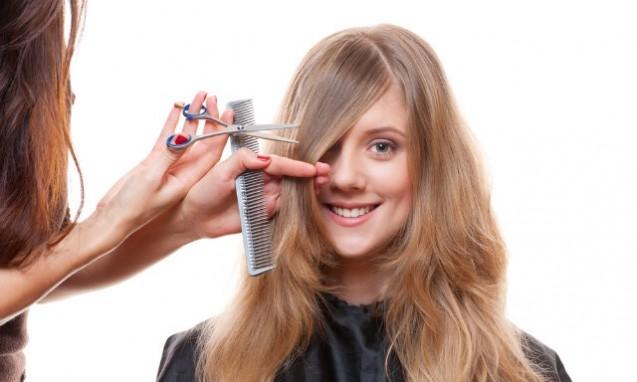 女性の髪の毛を切っている写真|副腎疲労blog