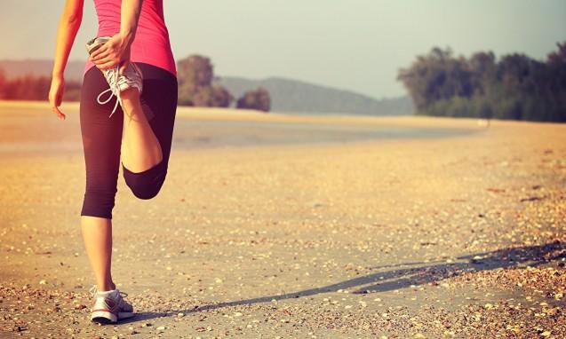 ランニングの前にストレッチをする女性|副腎疲労blog