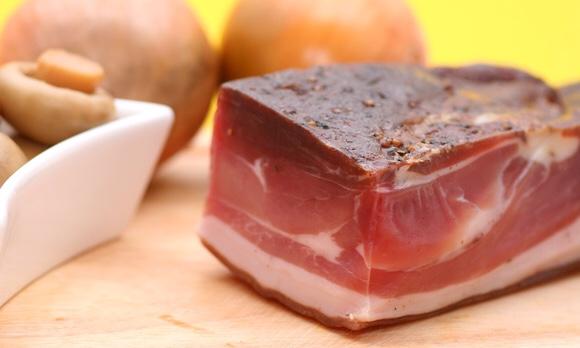 まな板に乗せられた生のお肉と玉ねぎ|副腎疲労blog