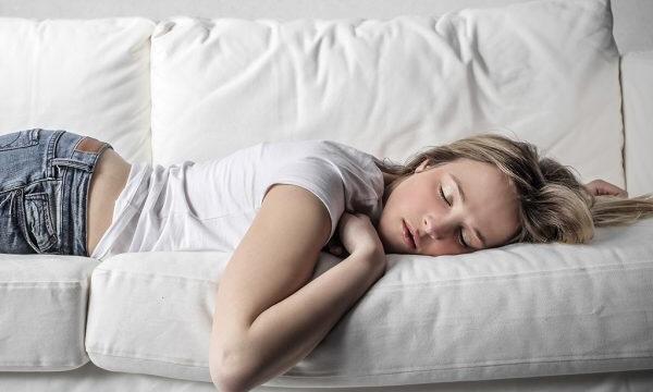 ソファーでグッタリと寝る女性|副腎疲労blog