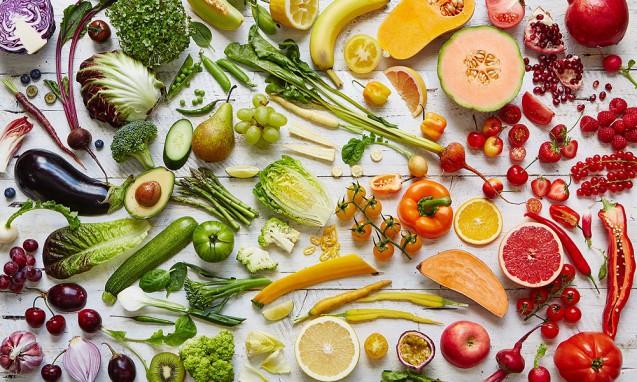 写真いっぱいに並べられた虹色の野菜たち|副腎疲労blog
