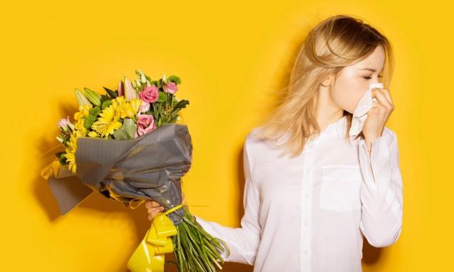 花束から顔を背けて鼻を押さえる女性|副腎疲労blog