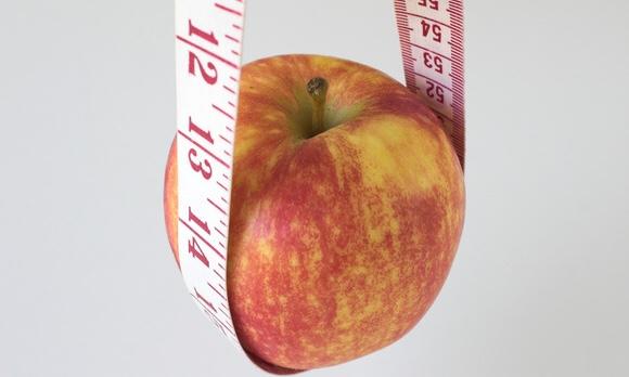 メジャーでリンゴが吊り下げられている写真|副腎疲労blog
