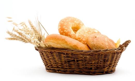 カゴに入った小麦で出来たいくつかのパン|副腎疲労HP